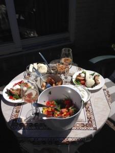 Frokostbord i solskin