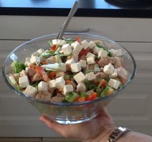 Salat,peberfrugt,feta, kylling, agurk, tomat og gulerod.