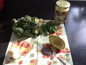 Broccoli, avokado,basilikum,banan, kokosolie og vand