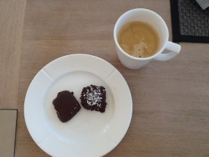 En god kop kaffe og lækker chokolade