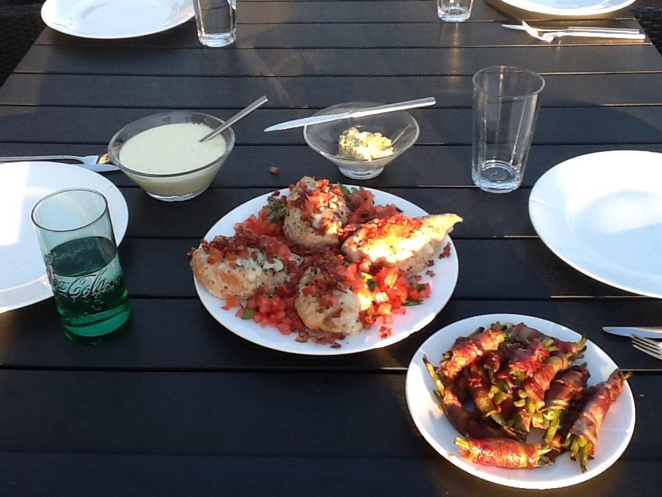 I den ene lille glasskål er der kryddersmør med græskarkerner, og i den anden hvid fløde sauce.