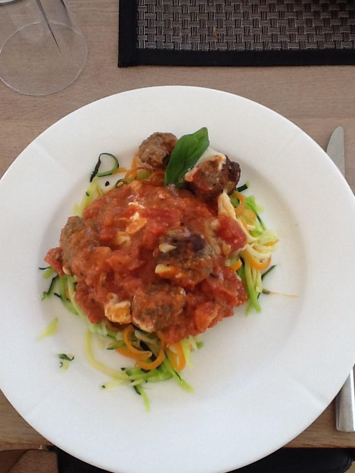 Kødboller i tomatsauce på grøntsags bund