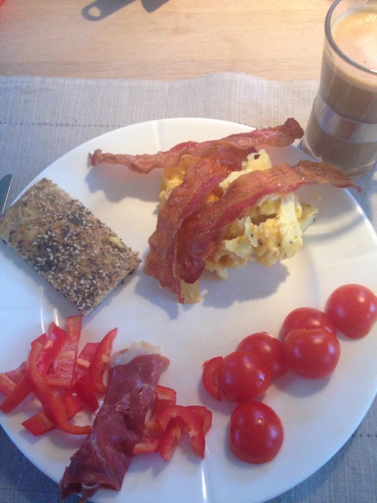Fladbrød, scrambled eggs, Serrano skinke, bacon, tomat og peberfrugt
