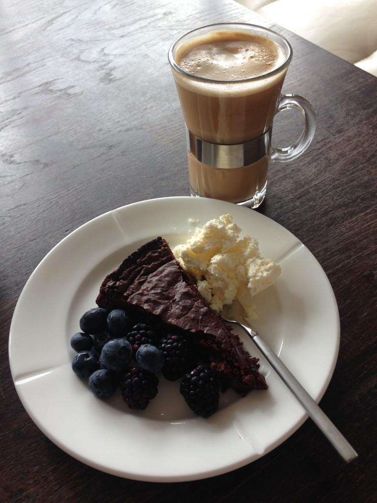 en god kop kaffe og et lækkert stykke kage