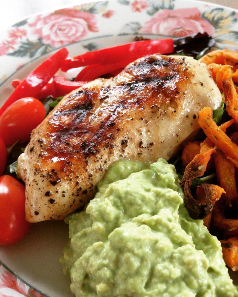 Kyllingefilet, guacomole og grøntsager