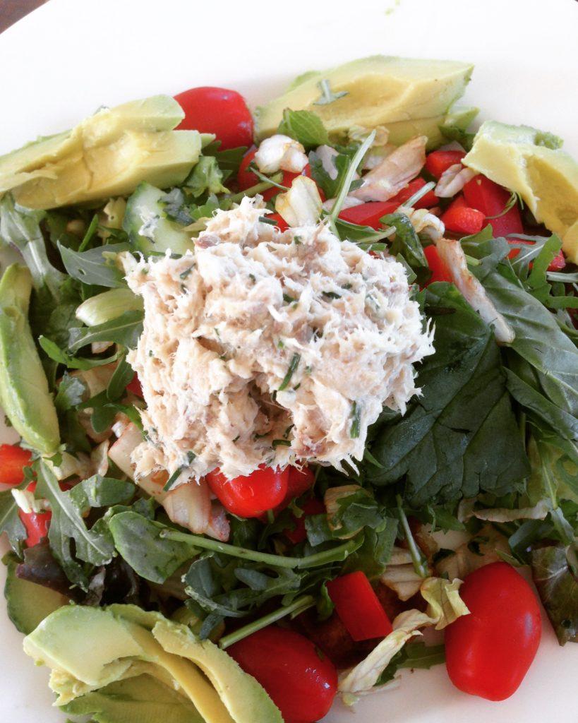 Bund af grøntsager salat pyntet med røget markel på toppen