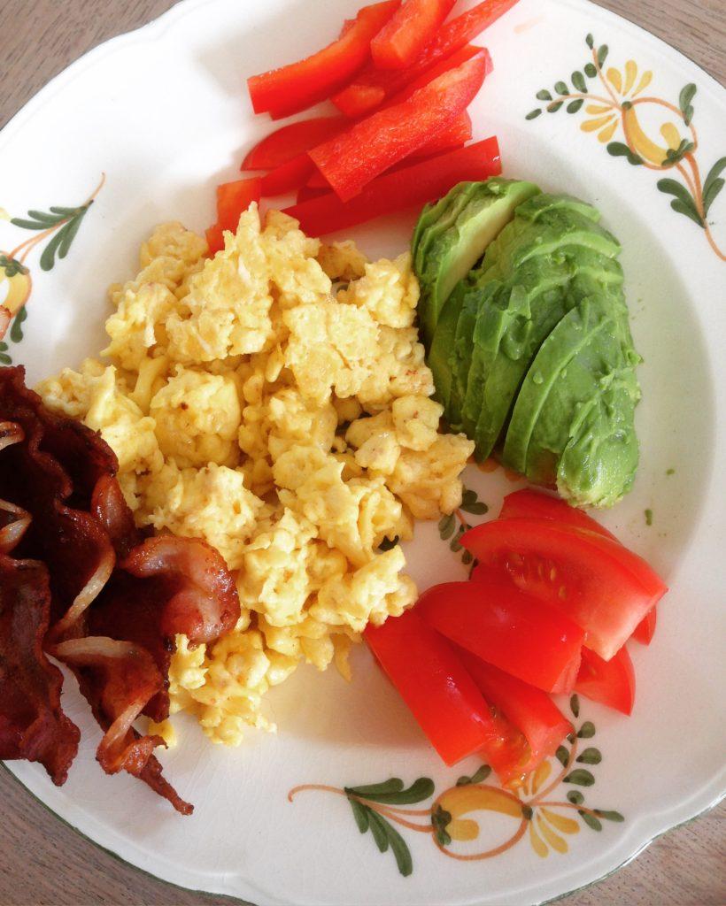 Røræg, bacon, tomat, rødpeber og avocado.