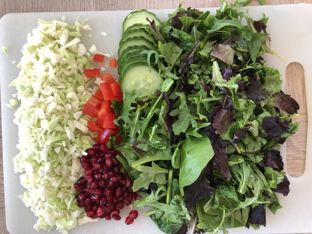 Blandet salat, lidt spidskål, agurk, peberfrugt og granatæblekerner.