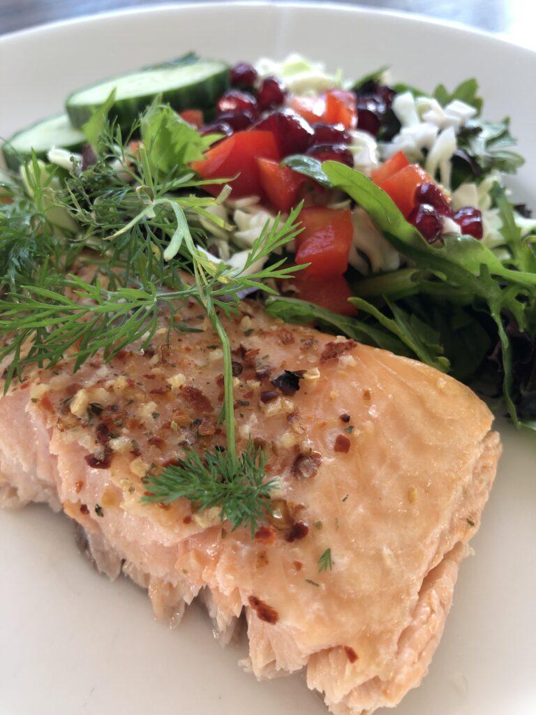 Ovnbagt laks med frisk salat
