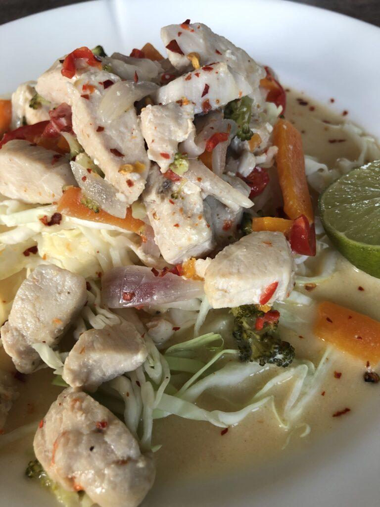 <wok med kylling og grøntsager