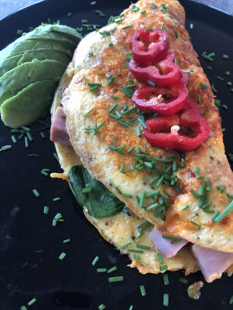 Spicy omelet med kød
