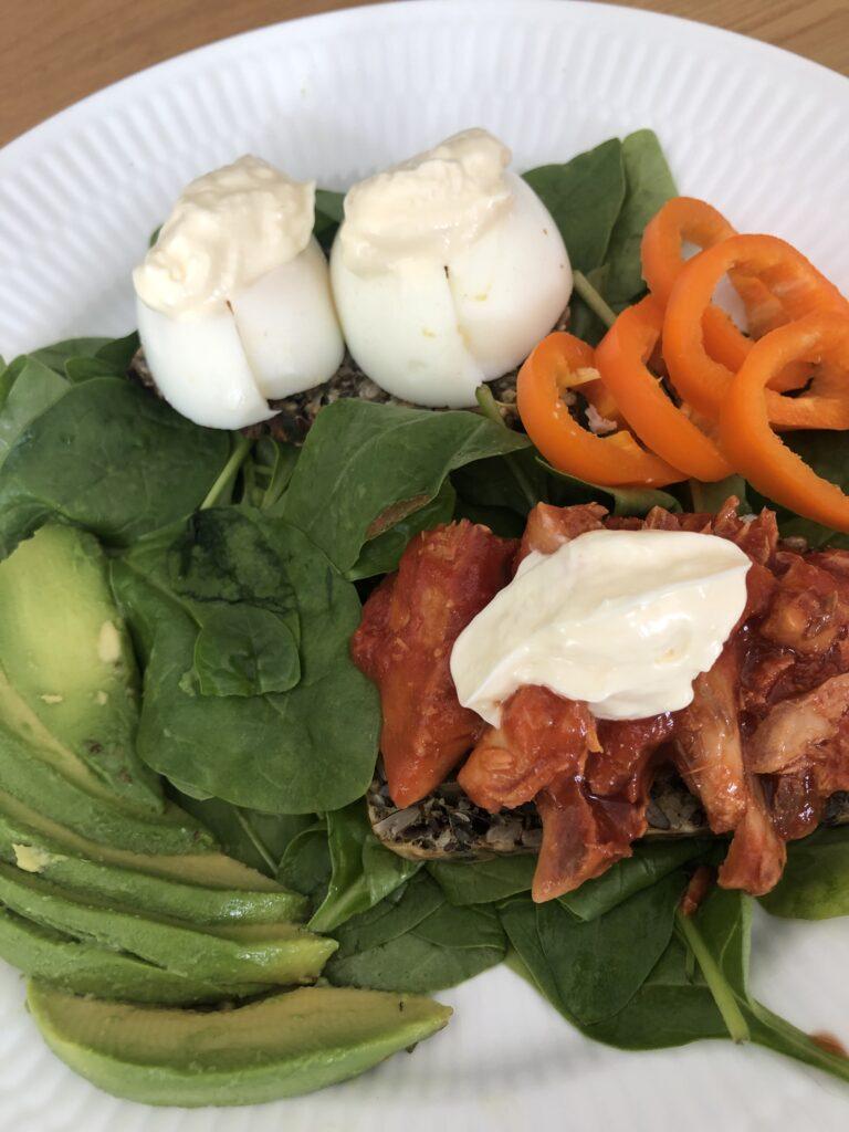 Æg, makrel, grøntsagsbrød, avocado og peberfrugt