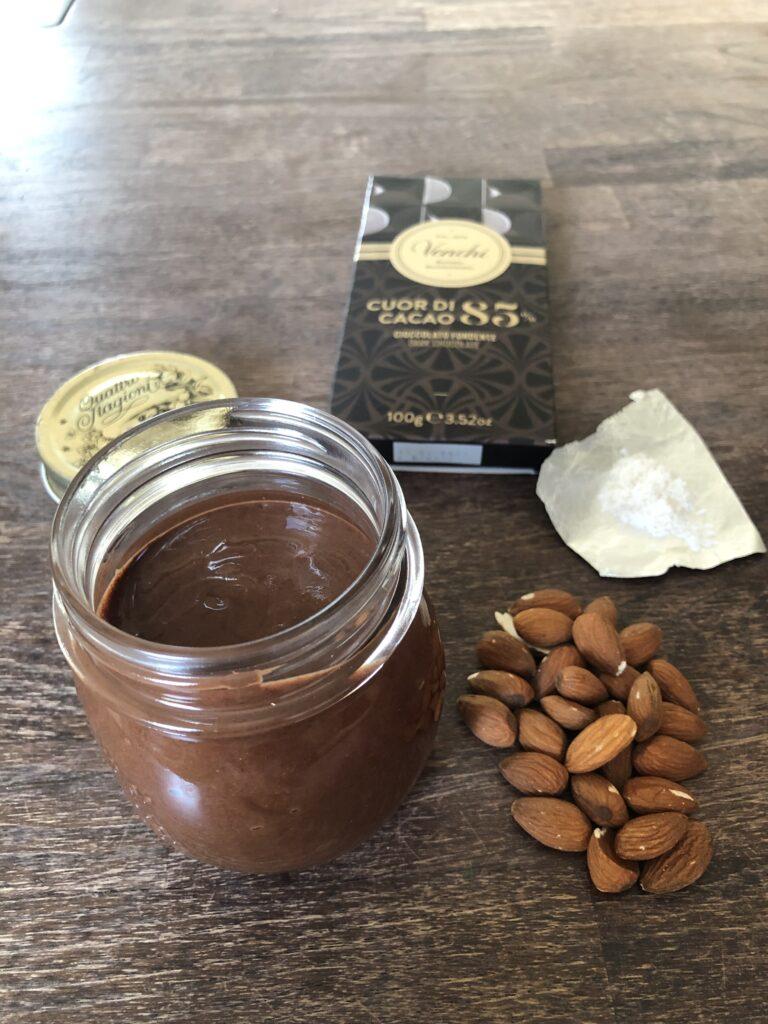 Hjemmelavet mandelsmør med mørk chokolade og havsalt
