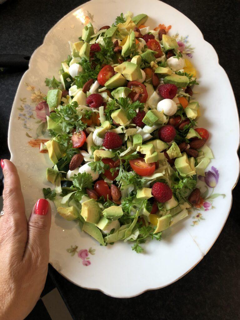 En lækker blandet salat som også er smuk