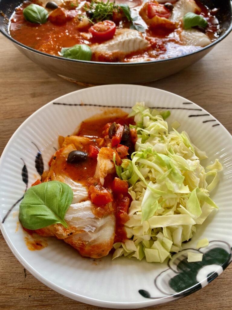 Torsk i tomatsauce med spidskål